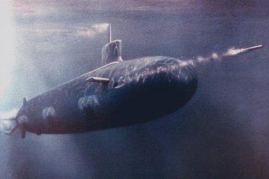 Image fantaisite d'un sous-marin tirant une torpille. Cherchant à pallier ses carences en bâtiments de surface, l'Algérie accorde un intérêt croissant aux sous-marins. La combinaisons de a force de frappe sous-marine avec l'usage d'avions de combat SU-30 MKA doté de missiles Air-Surface/N lui confèrent la capacité d'agir sur un large rayon d'action en Méditerranée Occidentale