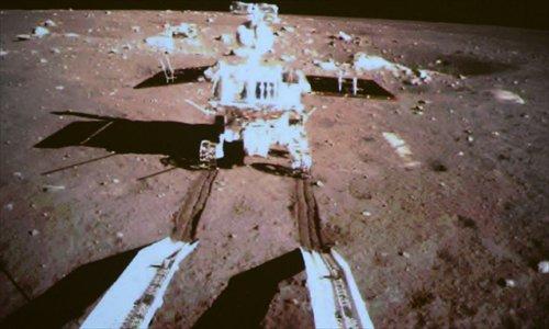 """Le module d'exploration lunaire denommé """"Lapin de Jade"""" d'après une vieille histoire de la mythologie chinoise mais aussi d'une discussion entre les membres d'un équipage d'Apollo. Cet engin à six roues pesant 140 kilogrammes s'est détaché le 15 décembre 2013 de la sonde Chang'e 3 et entame sa progression sur le sol lunaire..."""