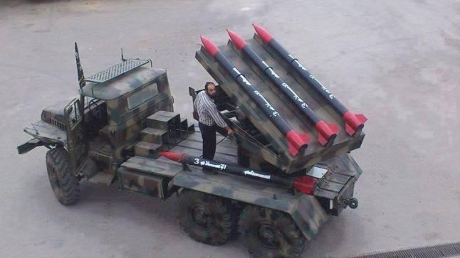 Un camion doté d'un lance-roquettes multiple artisanal fabriqué par les rebelles à Alep. Ces roquettes sont prises du système de fabrication russe BM30 et renommées Flèches de l'Islam par les rebelles. Ils constituent une cible de choix pour l'aviation syrienne...