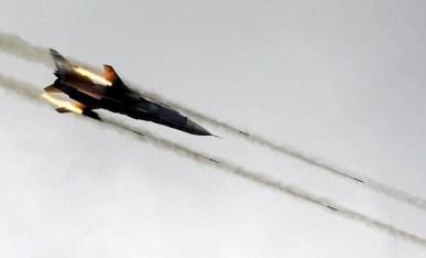 L'aviation syrienne est très active au Nord et au centre du pays. Ici, un chasseur-bombardier tirant une salve de roquettes sur des positions rebelles.