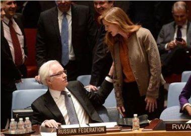 """Hystérique, la représentante des Etats-Unis aux Nations Unies tentant de convaincre le représentant de la Fédération de Russie Vitali Churkin que son pays, """"l'Union Soviétique"""" (sic) ne doit jamais oublié qu'il est dans """"le camp des vaincus"""". Réaction calme de Churkin: """"Madame, votre salive se répand partout!"""""""