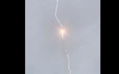 Soyuz-2.1b Launches Glonass-M, See How The Russian Rocket is Struck by Lightning/ Lancement d'un satellite Glonass-M par une fusée Soyouz 2.1b du cosmodrome de Plesetsk (Regardez la Fusée frappée par la foudre) 24
