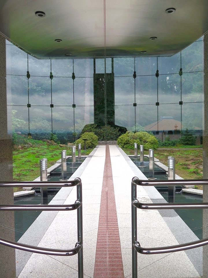 The cliffside glass exterior of the Meditation Chapel with its lighted cross offers a dramatic view which can be seen by southbound travelers on Interstate 205 and the airport.