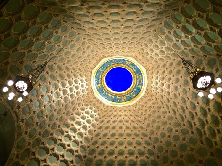 The opening words of the Shema, the prayer at the heart of Jewish daily worship, are painted in a circle at the top of the dome.