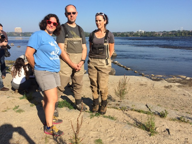 Elizabeth Hendrix and ECCC staff Donald and Joanna on the shores of Remic Rapids in Ottawa (c) Rebecca SpringWWF