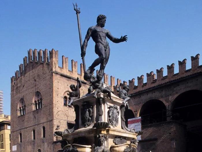 Piazza Nettuno, la fontana del Nettuno. Sullo sfondo il palazzo Re Enzo.