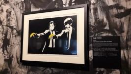 Pulp Fiction, Banksy (2003) Banksy détourne humoristiquement le Pulp Fiction de Tarantino. Il fait également écho à l'œuvre « Monkey Guns ».