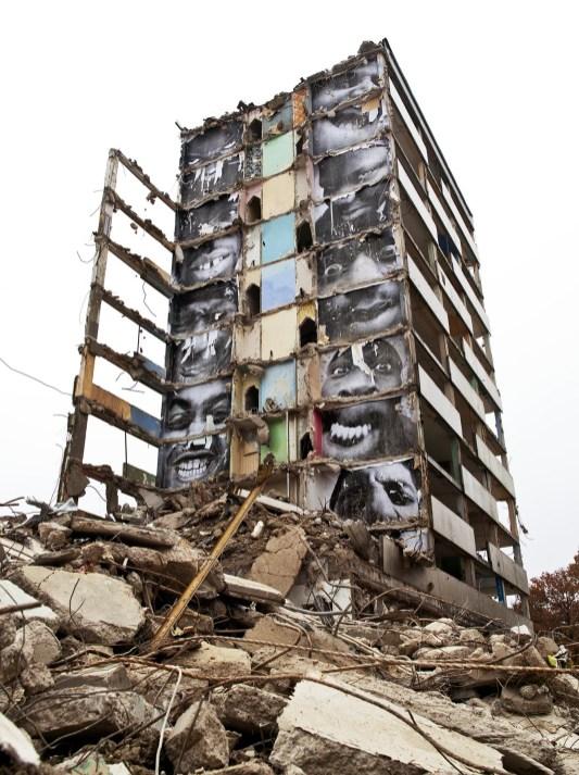 JR, 28 Millimètres, Portrait d'une génération, B11, destruction #2, Montfermeil, France, 2013© JR-ART.NET