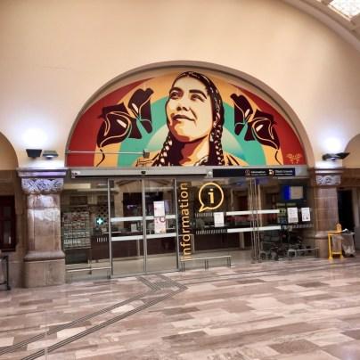 En miroir à l'exposition Z.U.C. #6 Street Art Engagé à l'Arsenal, la Cité musicale-Metz et Gares & Connexions s'associent pour un habillage de la Gare de Metz.Ici avec l'américano-colombienne Jessica Sabogal ©Metz.fr