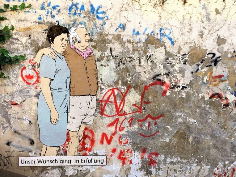 Das lebensgroße Stencil von Juan Aguiló zeigt eine älteres Paar
