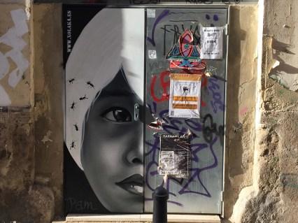 Xolaka malt ein halbes Frauenportrait auf eine Tür