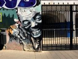 Mural neben einem Tor von El Niño de las Pinturas Musiker mit Trompete