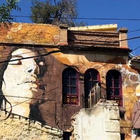 Ausschnitt aus einer Hauswand, die von El Niño de las Pinturas bemalt wurde. Es zeigt ein Portrait.