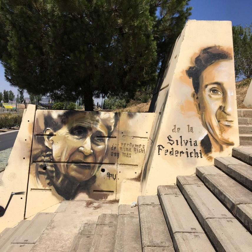 """Mural von Raúl Ruiz """"El Niño de las Pinturas"""" zeigt zwei Frauen Portraits"""