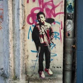 das Stencil von Tona zeigt einen Jungen mit Schultasche