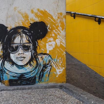junges Mädchen mit Mickey Mous Ohren von Alice Pasquini