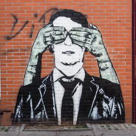 Dollarhände halten einem Mann im Anzug die Augen von hinten zu. Paste up von Icy and Sot