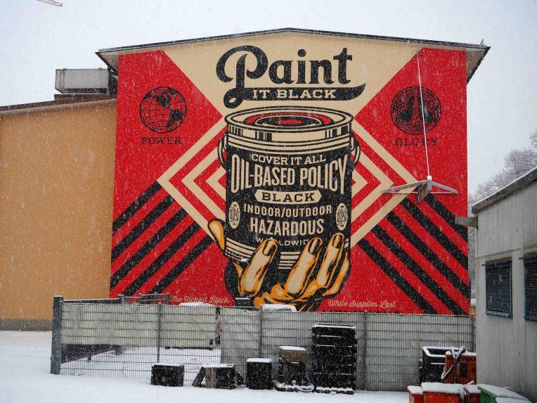 Mural von Shepard Fairey der eine Werbung für schwarze Farbe gemalt hat
