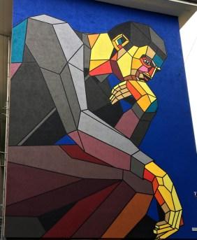 Mural von Dmitri Aske das eine moderne Version des Denkers zeigt
