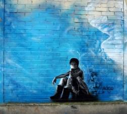 Muraldetail von Indigo zeigt eine junge sitzende Frau