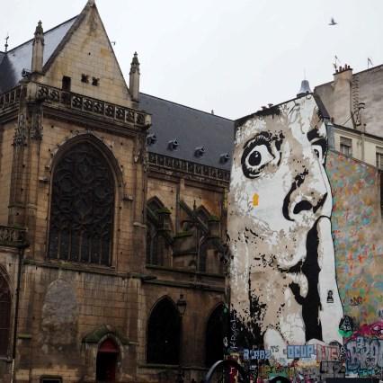Neben einer Kirche gibt es ein riesiges Portrait von Jef Aérosol