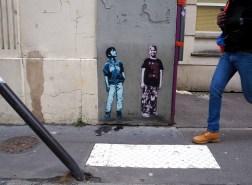 Zwei Kinder von Tona am Bürgersteig