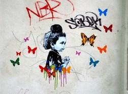 ein Kind von Schmetterlingen umgeben