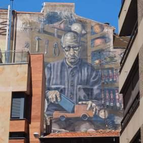 Das Mural zeigt einen Spielzeugmacher
