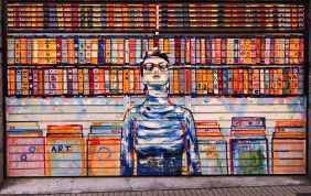 eine Frau steht vor einem Bücherregal