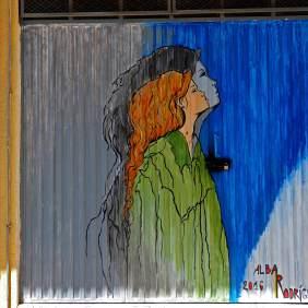Frau mit roten Haaren wirft einen Schatten.
