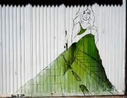 eine Frau mit einem grünen Straßenkleid