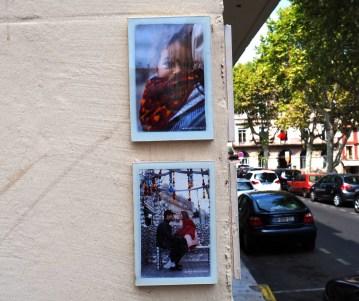 Fotos im Rahmen auf Hauswand geklebt