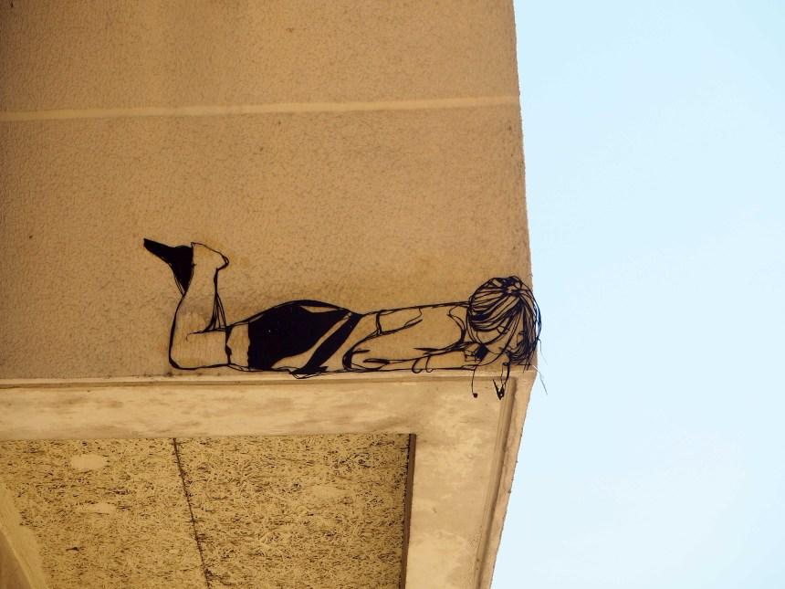 Frau schaut nach unten