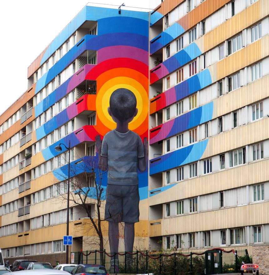 Junge schaut durch Farbkreise