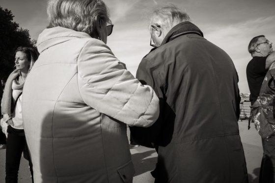 A deux, un couple âgé s'entraide