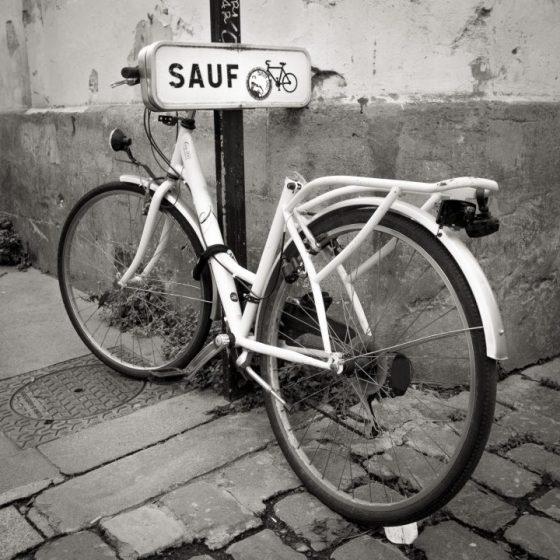 """Bicyclette sans selle à coté d'un poteau """"sauf"""". Sain et sauf sans selle !"""