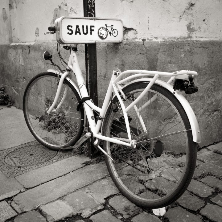 """Bicyclette sans selle à coté d'un poteau """"sauf"""""""