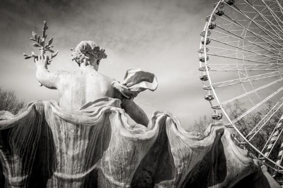 La Concorde de la fontaine des Girondins protège la fête foraine