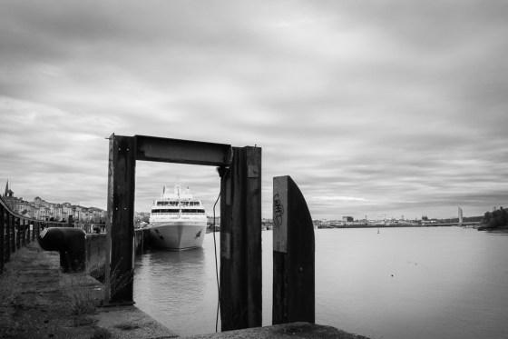 Un bateau passe la porte du Port de Bordeaux