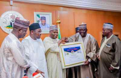 Gombe South APC Stakeholders Present Certificate of Vote of Confidence to Gov. Inuwa Yahaya