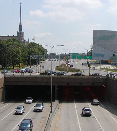 Do we really need more lanes above than below? (image: Wikimedia)