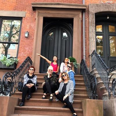 Grupo de tour a pie en escaleras de un Brownstone en Brooklyn Heights