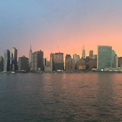 Visto de Skyline de Manhattan desde Gantry State Park en Queens