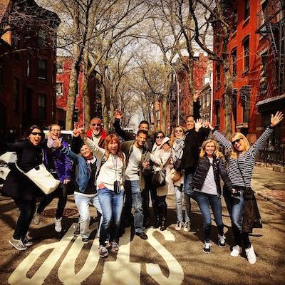 Grupos Grande de turismo en una calle en Brooklyn
