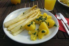 Spargel (in Olivenöl, Knoblauch und Parmesan) und Bärlauchkartoffeln