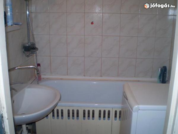Ez egy panel fürdőszoba. Ebben már kevesebb hely van. Zsúfoltsági szint: minimális Pakolási idő: 15 perc