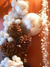 Pigne, bacche bianche e cascate di perline.