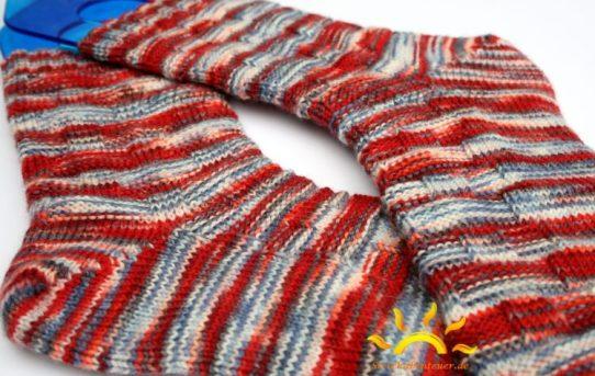 gestrickte Socken Flechtmuster handgefärbte Wolle Tausendschön Strickabenteuer.de