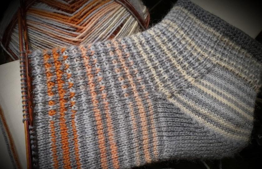 Strickmuster kleine Strickwelle Socke handegetrickt kontrastreich