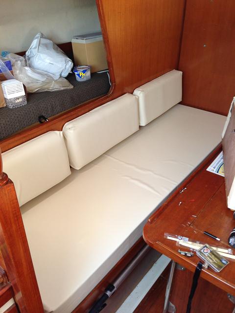 船舶、ボート、ヨットなどの船内で使用するクッション、ソファー